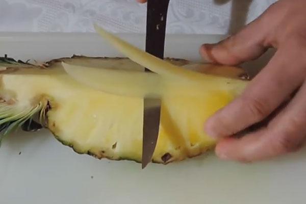 Срезаем дольки ананаса
