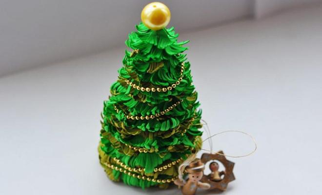 Для этой новогодней елочки потребуются иголки в виде бахромы.