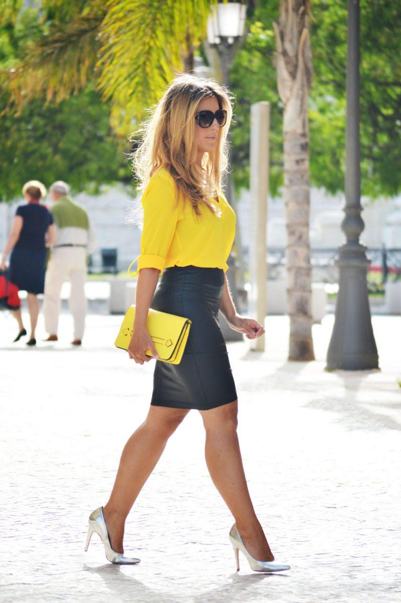 желтая блузка и серая юбка