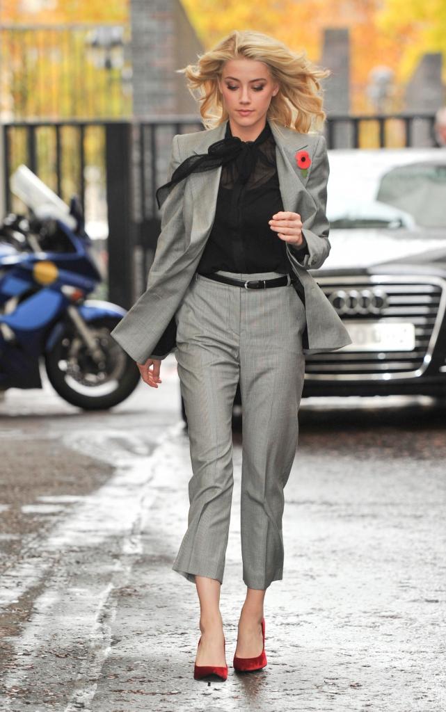 Что носить с серыми брюками?