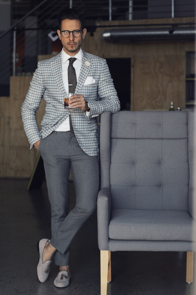 С чем носить серые брюки мужчине?