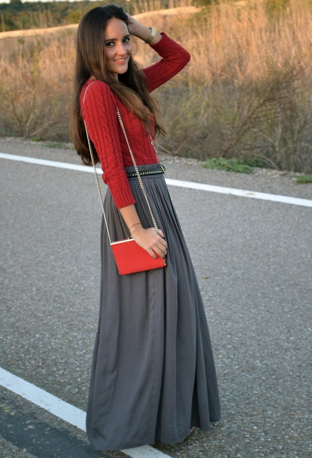 бордовая блузка и серая юбка