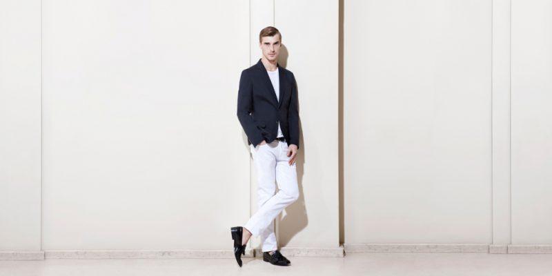Черный пиджак и белые брюки