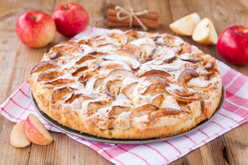 Как испечь шарлотку в духовке с яблоками