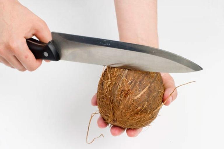 Открываем кокос ножом