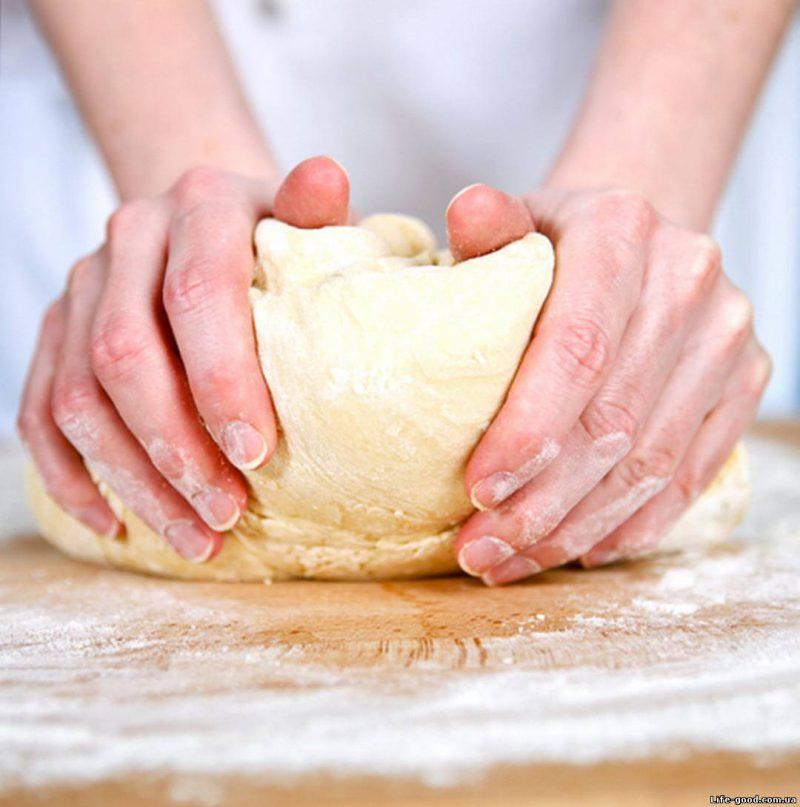 месить тесто
