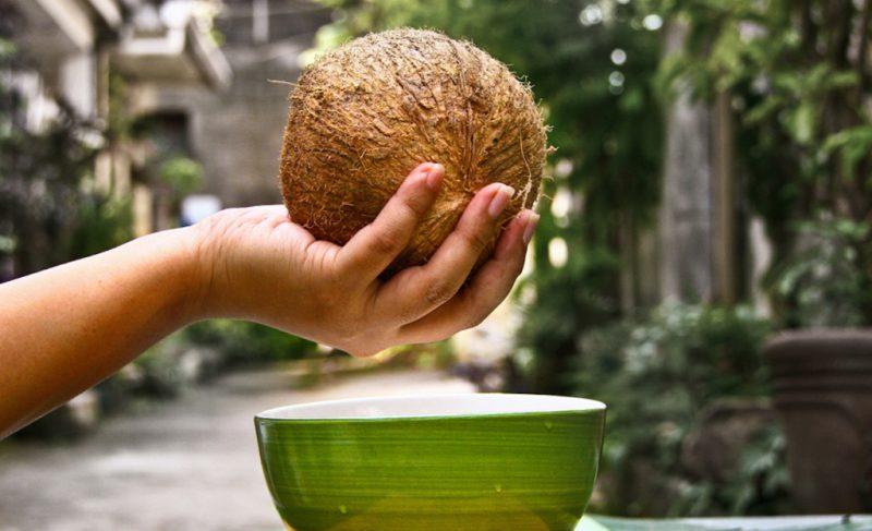 Открываем кокос полотенцем