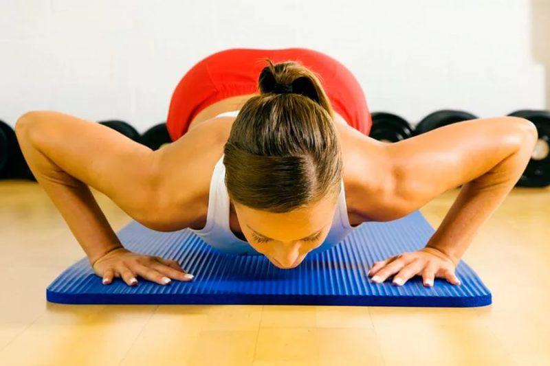 Упражнения для груди в домашних условиях