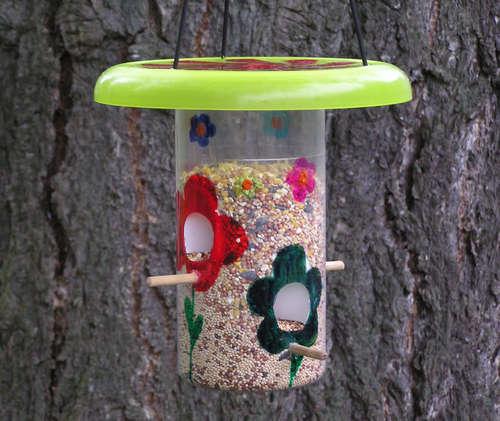 Как делать кормушку для птиц, чтобы она была интересной?