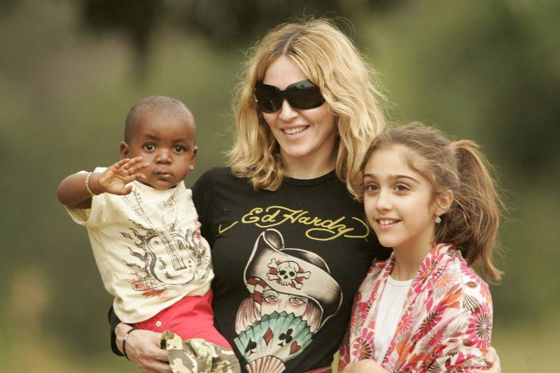 певица Мадонна с детьми
