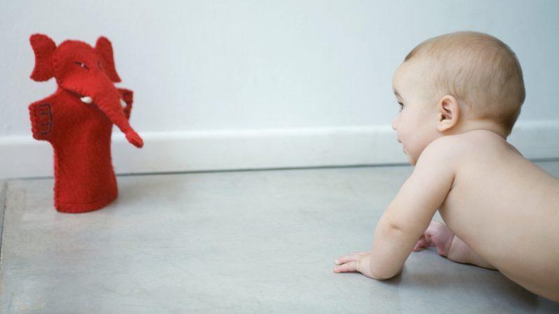 Нужно ли учить малыша ползать