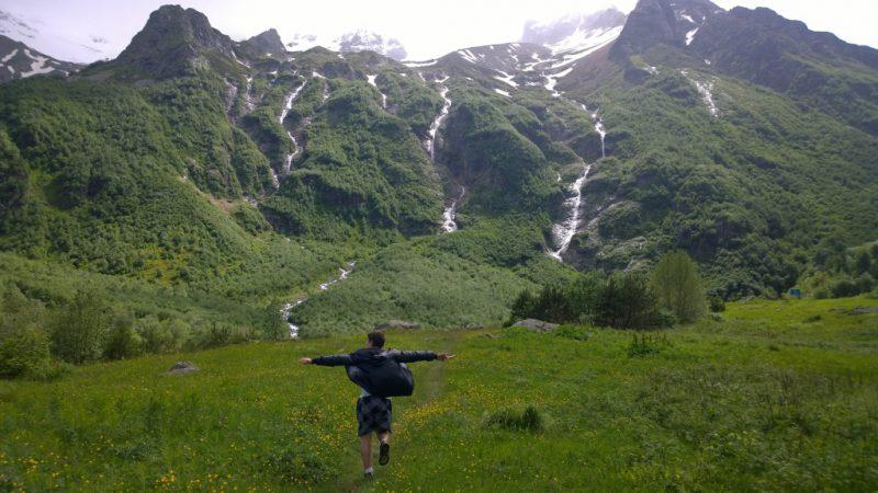 Водопад Три сестры и турист