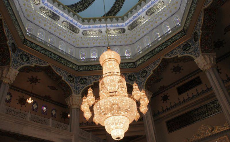 Люстра в центральном зале мечети