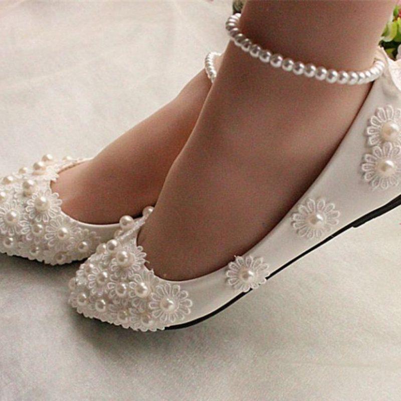 туфли с ремешком украшенным камнями