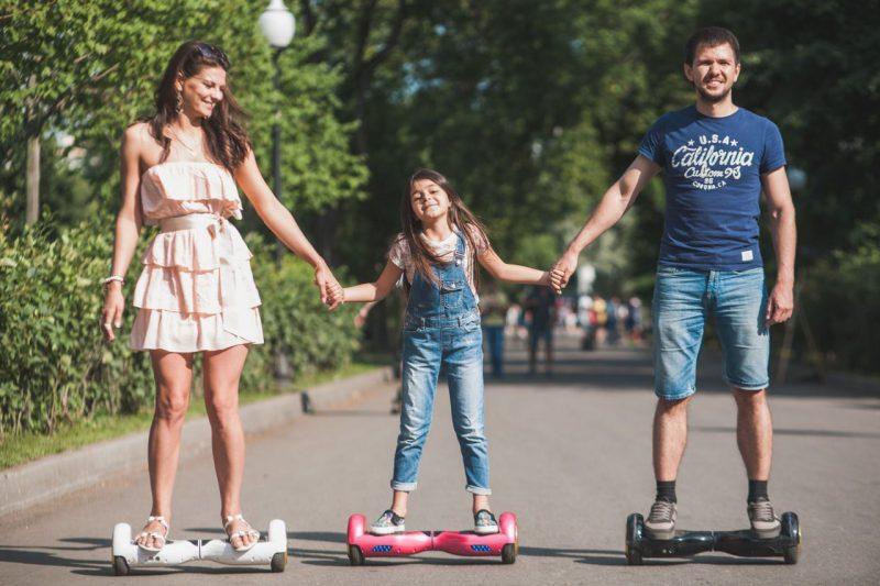 семья на гироскутерах