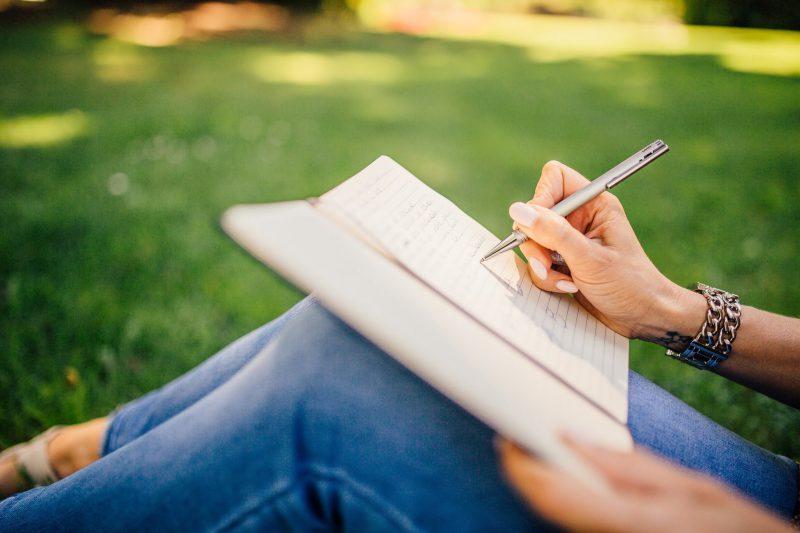 Девушка пишет ручкой