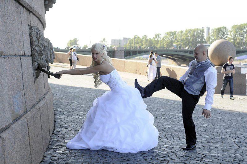 неудачная поза на свадьбе