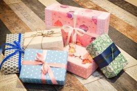 Как красиво упаковать коробку в бумагу для подарка