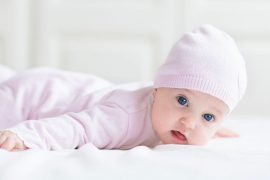 Когда ребенок начинает держать голову самостоятельно, в каком возрасте?