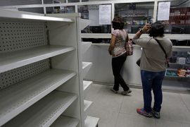 Жители Венесуэлы вынуждены питаться продуктами с помоек супермаркетов