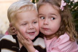 Проблемы и достоинства небольшой разницы в возрасте между малышами