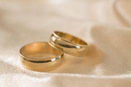 Почему обручальное кольцо носят на безымянном пальце?